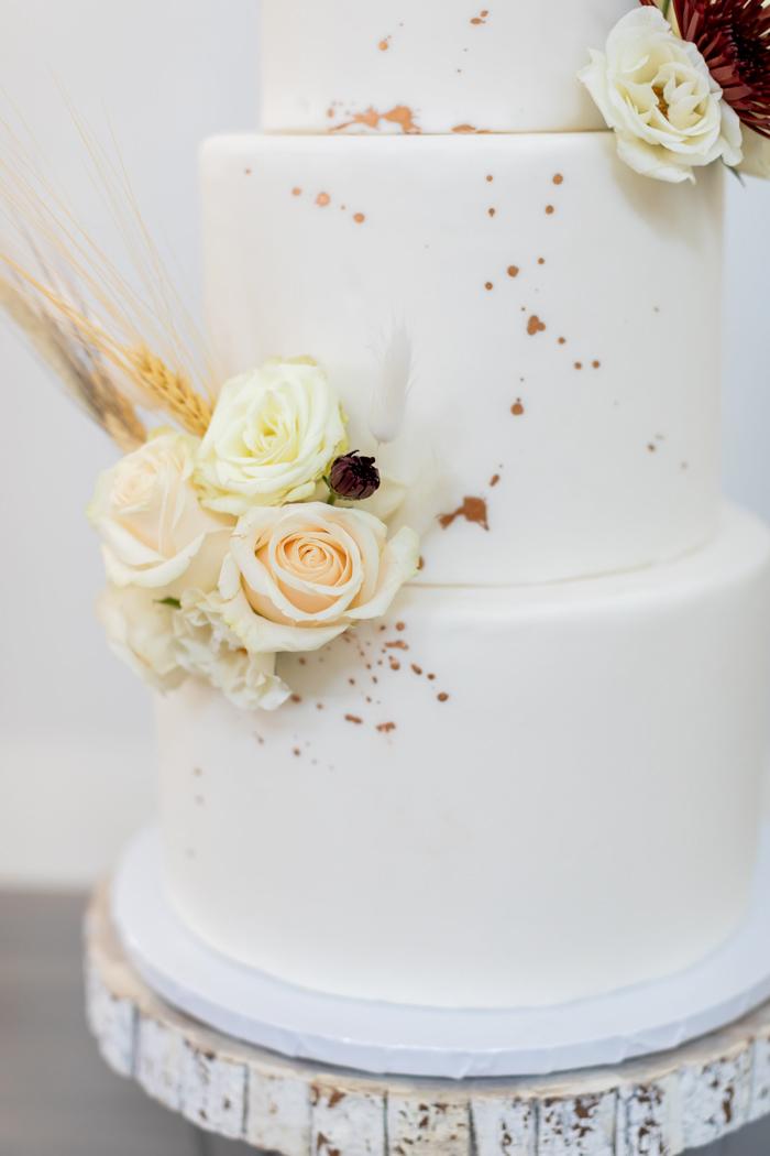 Primer plano de pastel de boda de Ally Fraustro Photography