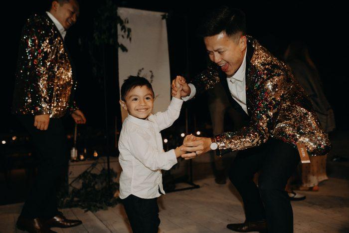 casado bailando con el niño