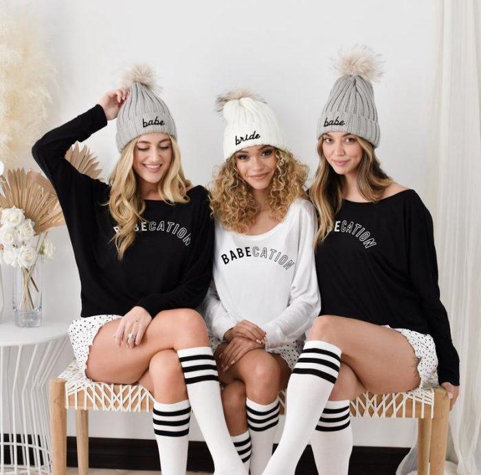 tres mujeres con sombreros