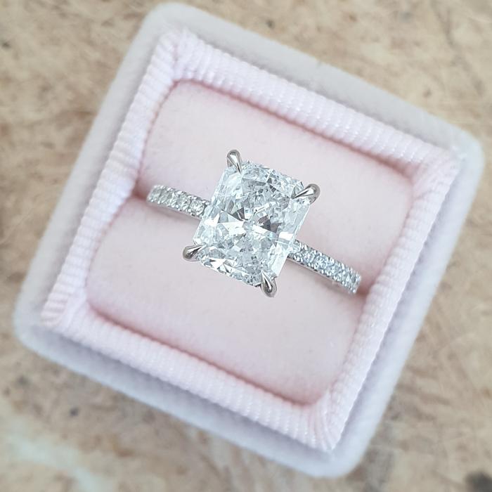 anillo en caja rosa