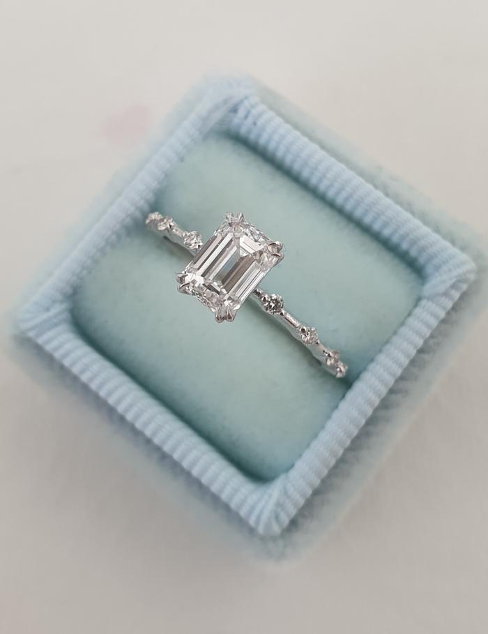 anillo de compromiso de corte rectangular en caja azul