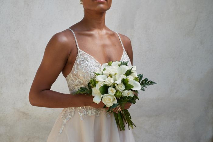 mujer sosteniendo flores simples