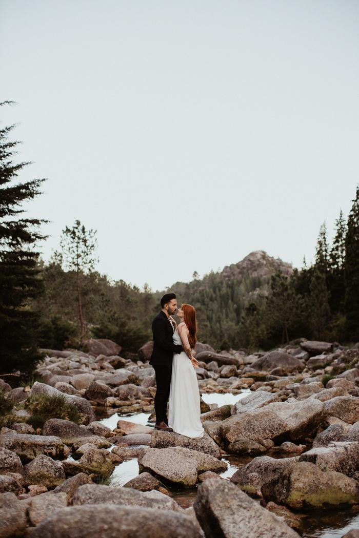 novia y novio, posición, en, rocas