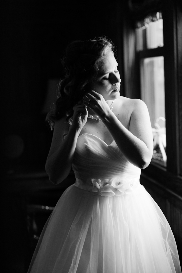 novia ajustando sus joyas para la boda de Moore's Cove Falls