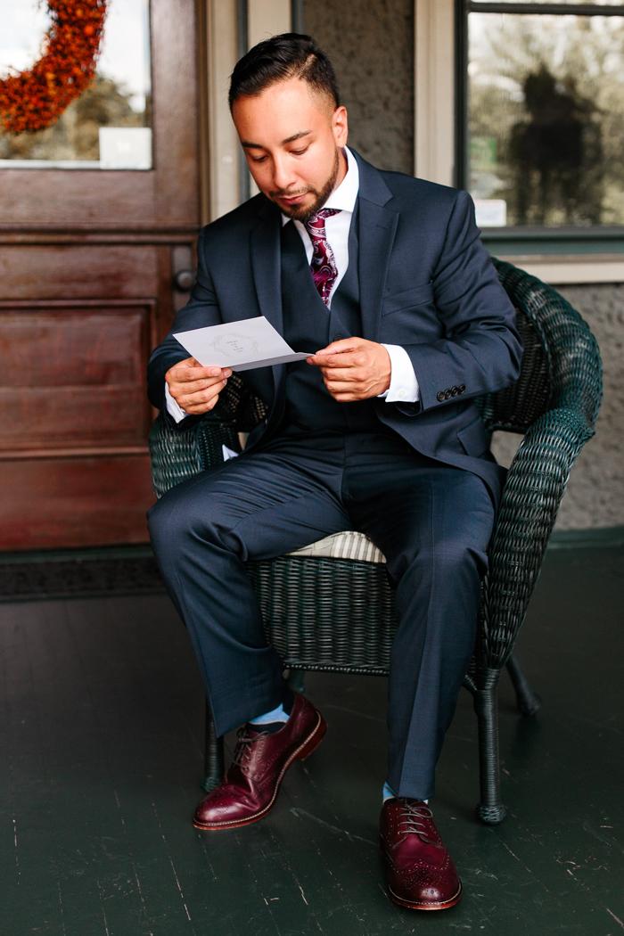 el novio leyendo la carta de la novia