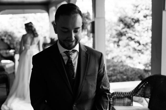 novio esperando el primer momento de contemplación en la boda de Moore en Cove Falls