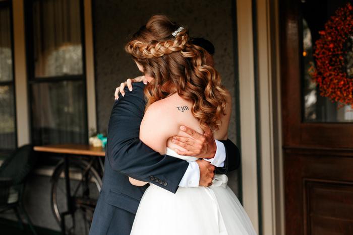 La novia y el novio besándose antes de la boda de Moore en la cala