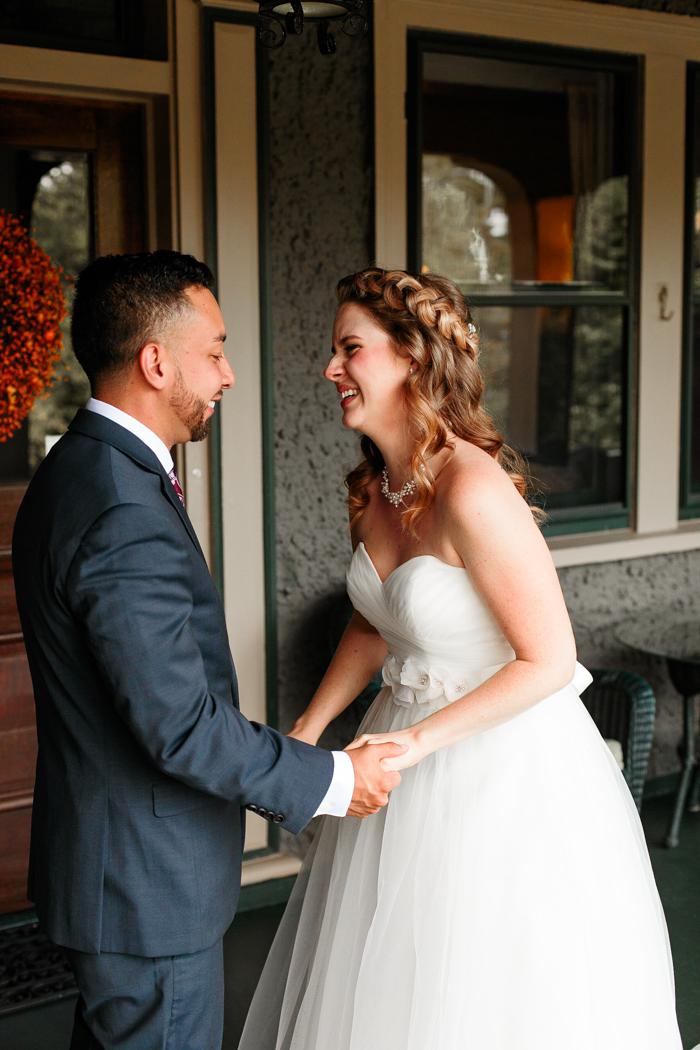 la novia y el novio se ríen juntos