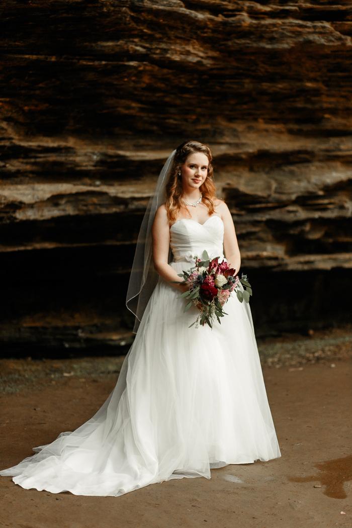 Novia posando en la tumba de bodas de Moore's Cove