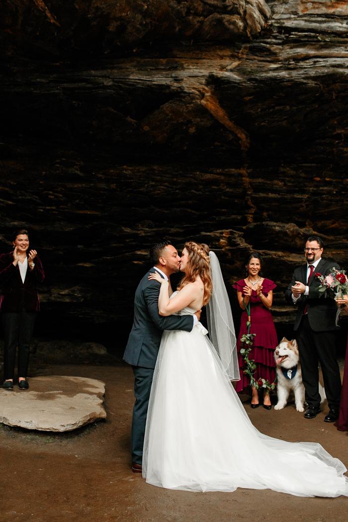 El novio y la novia besando la boda de Moore en Cove Falls