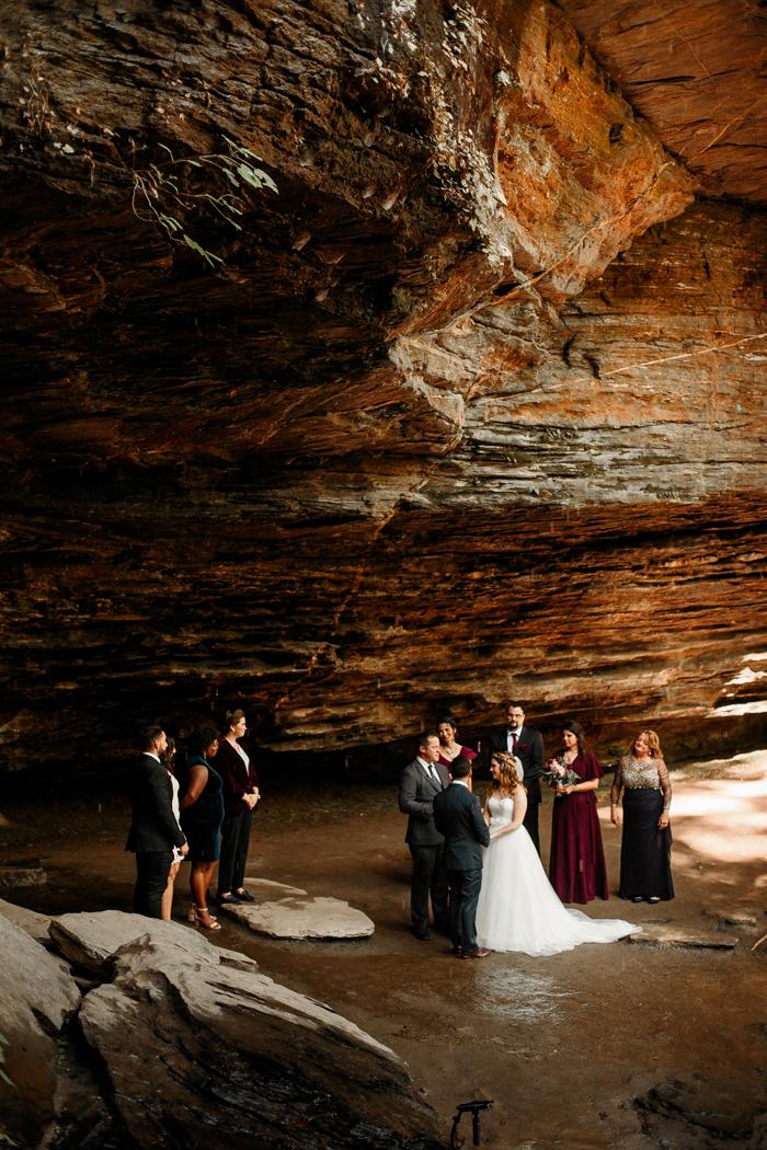 ceremonia de boda en la cueva