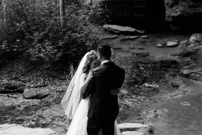 novios bailando en fotografía en blanco y negro
