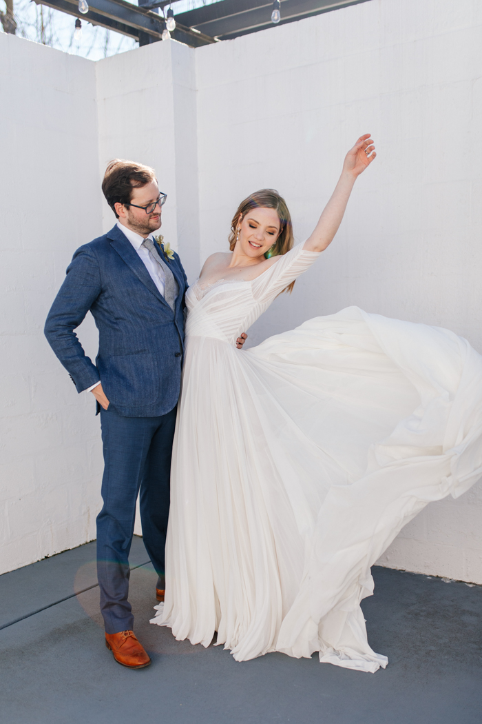 novio y novia posando y vestido de novia que fluye