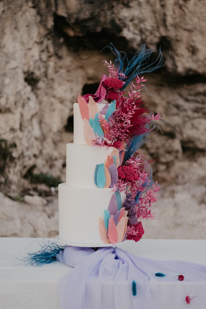 soporte de exhibición colorido de la torta de boda