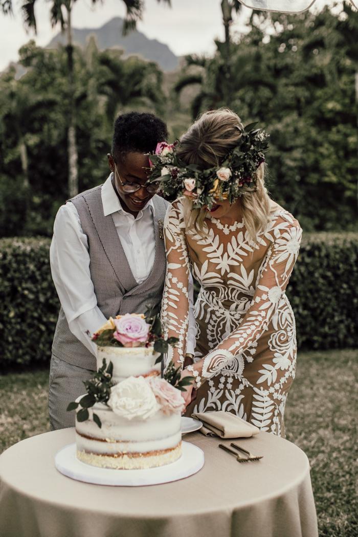 pareja de lesbianas cortando pastel de bodas