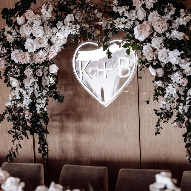 letrero de neón en forma de corazón