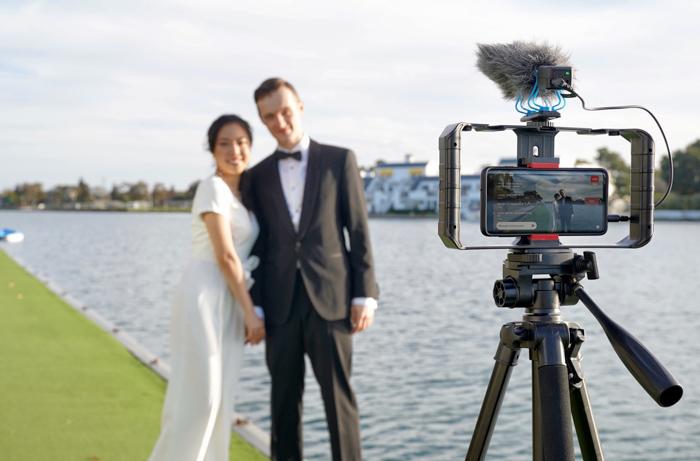 pareja posando delante de la boda virtual