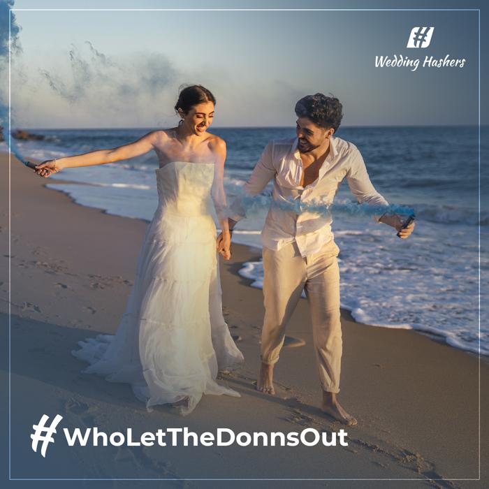 pareja corriendo en la playa con texto de hashtag de boda creativo