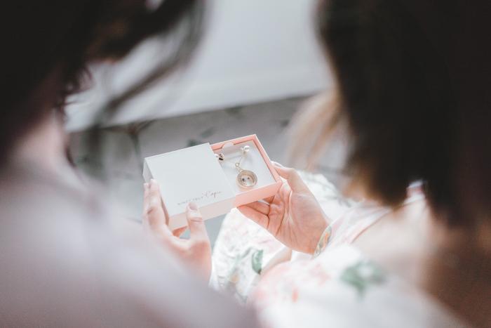 medallón de ramo de boda de apertura de novia